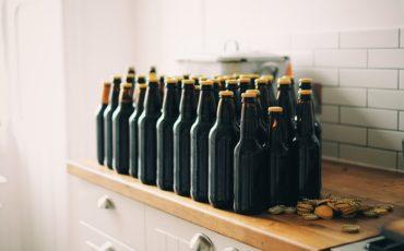 Ölflaskor på en byrå