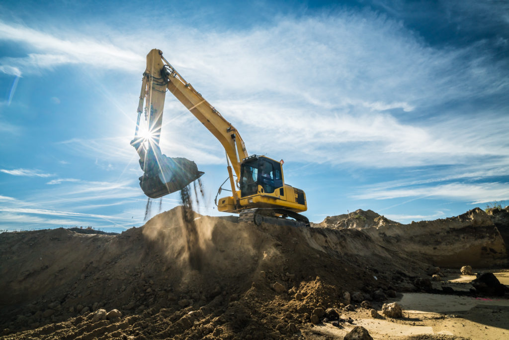 Gul grävmaskin i arbete