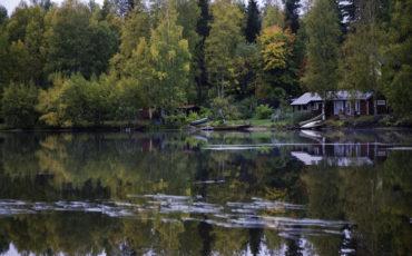 Bild på en stuga vid en sjö