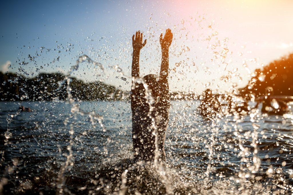 Bild på ett barn som leker i en sjö