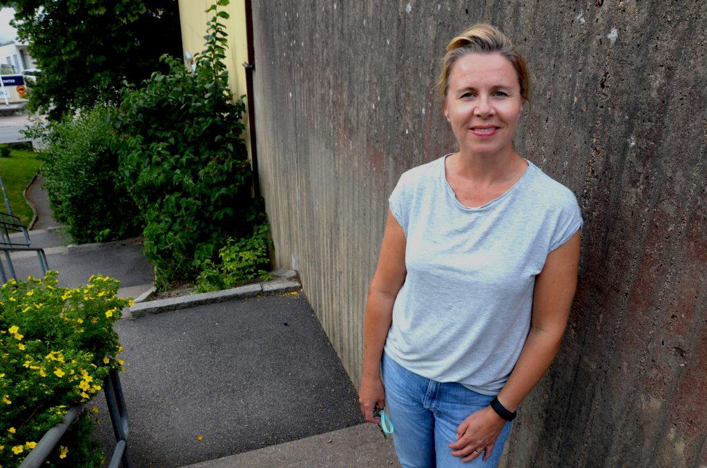 Bild på en medelålders kvinna i jeans och t-shirt, brun hår i tofs.