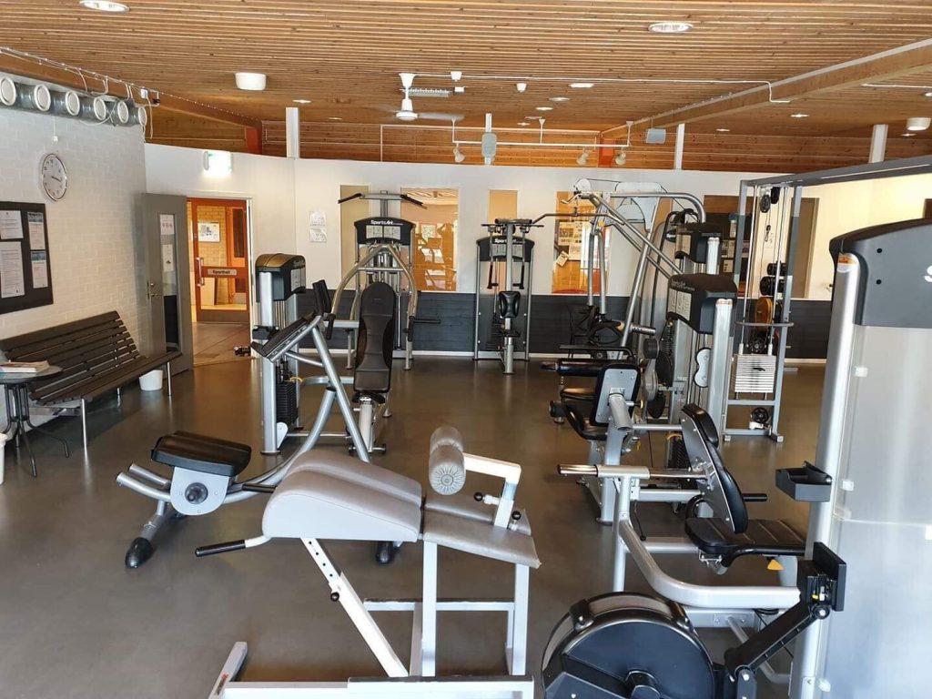 Bild på gymmaskiner och utrustning.