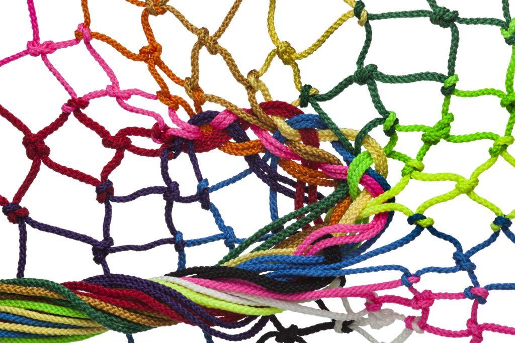 Ett nät av olikfärgade trådar