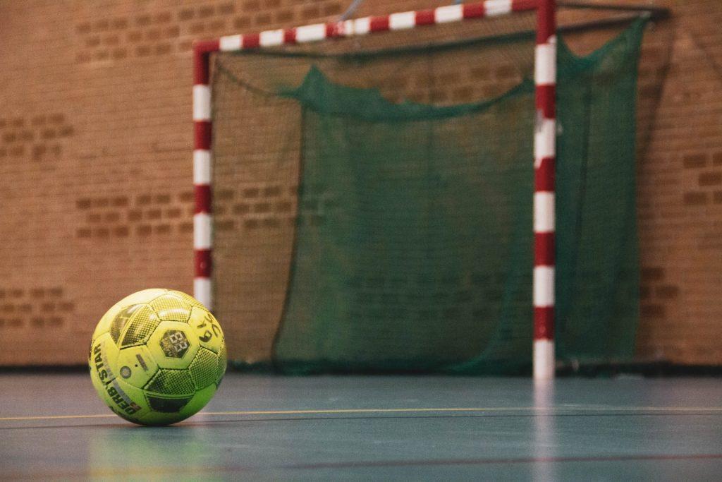 En handboll framför ett handbollsmål