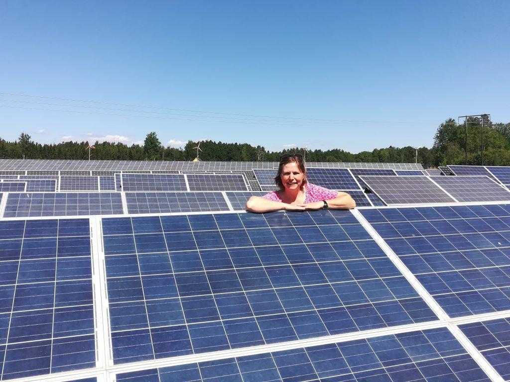 Bild på solceller och kommunens energirådgivare som är en kvinna.