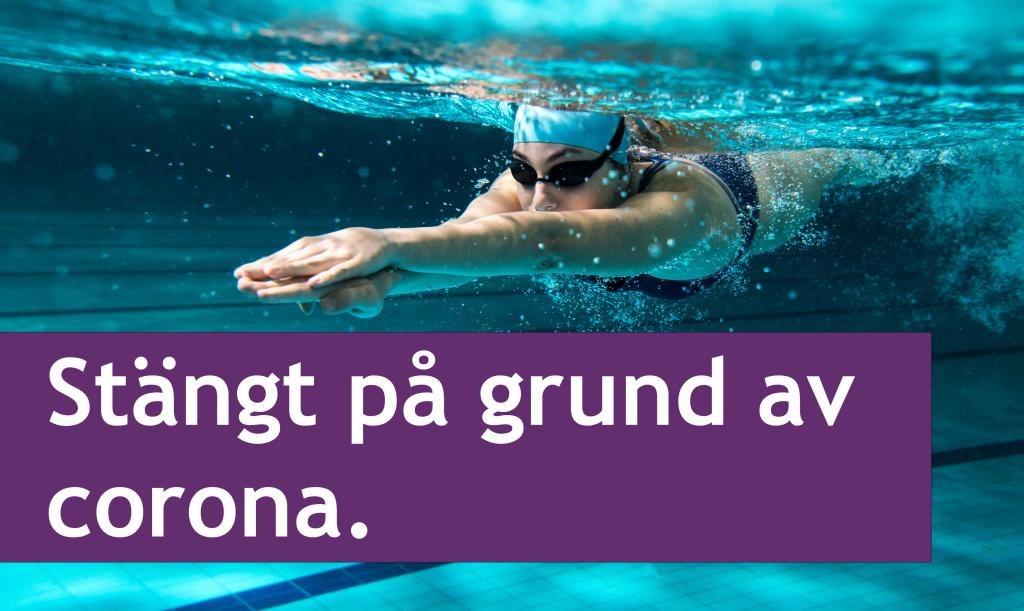 Person med simglasögon som simmar under vatten
