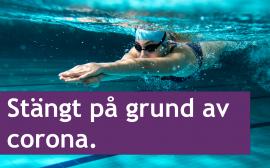 En tjej med simglasögon som dyker i en pool.