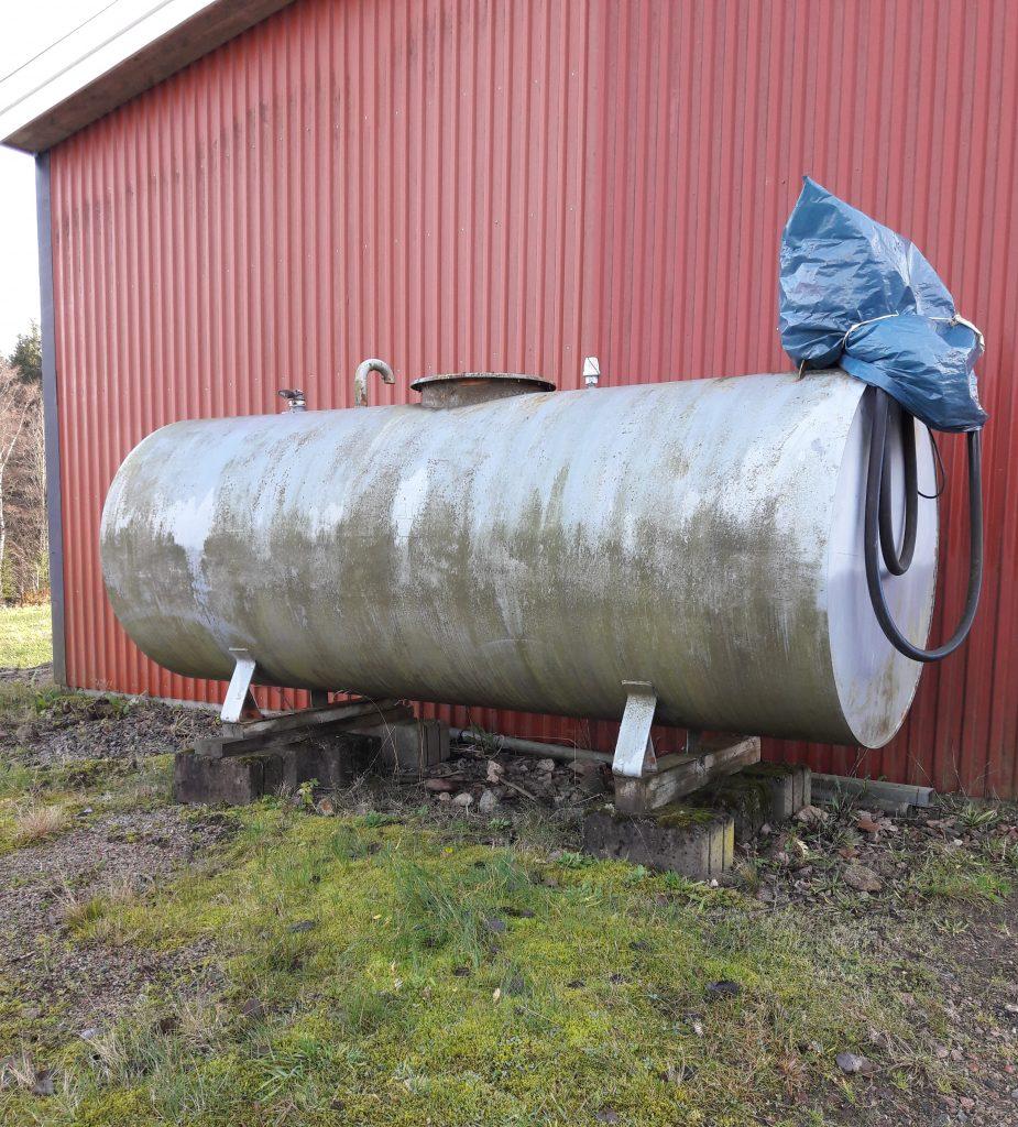 Cistern intill husvägg