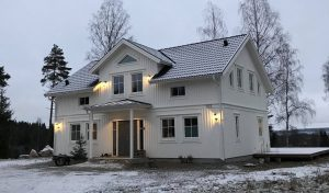 Bild på vit villa i två våningar.