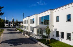 Bild på vit kontorsbyggnad