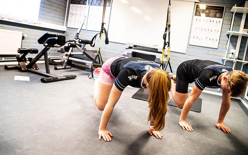 Gym med maskiner, fria vikter, stakmaskiner mm