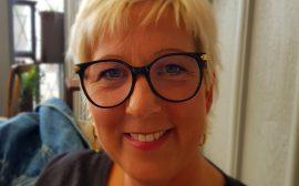 Bild på Anna-Lena Johansson, en kvinna med ljust kort hår och glasögon.