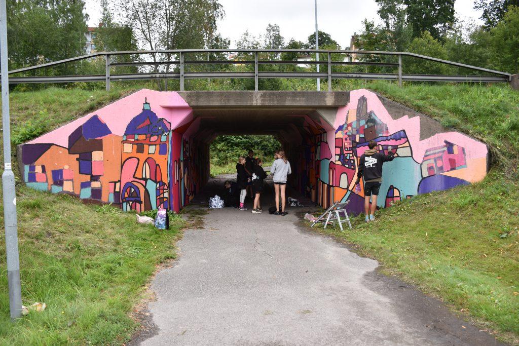 Färgglad tunnelmålning vid Falköpingsvägen