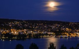Ulricehamn i månsken.